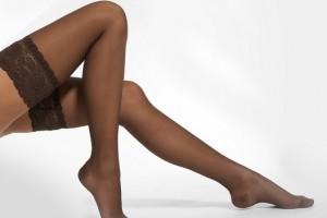ноги в коричневых чулках